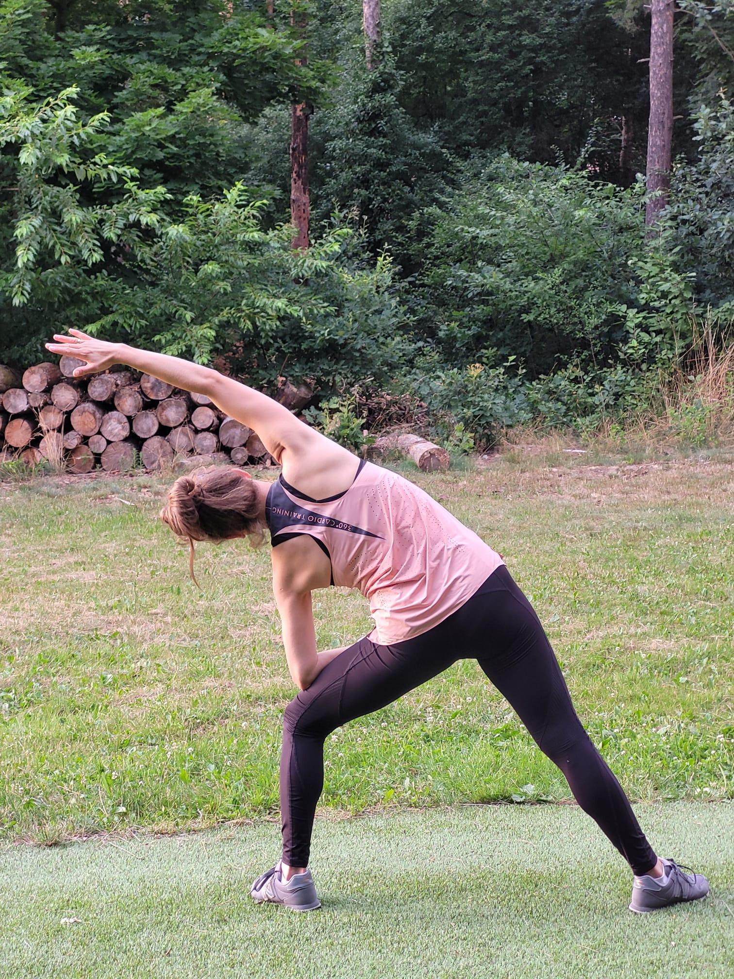 Kobieta ćwiczy pilates - rozciąga plecy