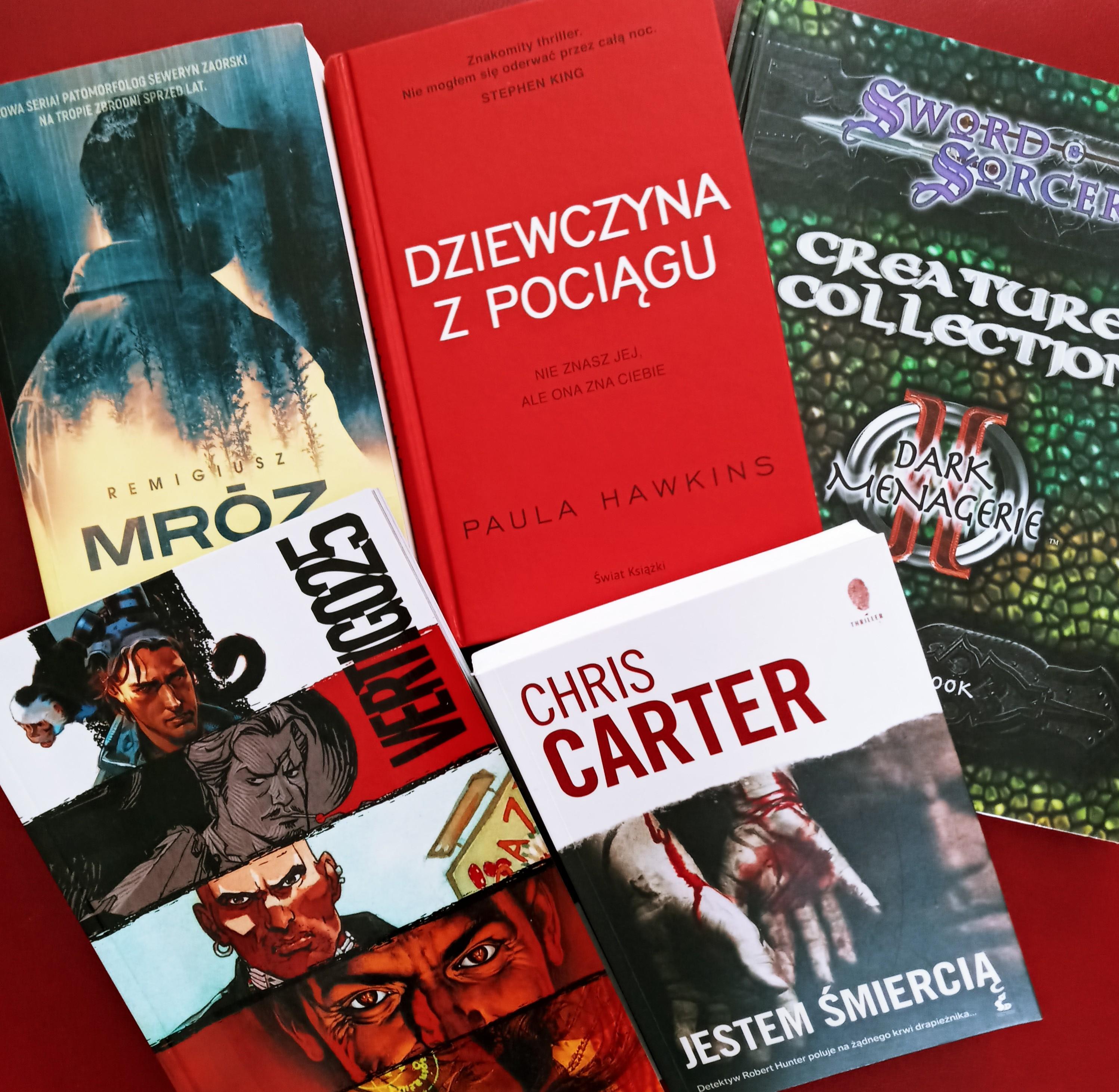 Zdjęcie przedstawia kilka książek będących upominkami w zabawie związanej z kinem letnim: